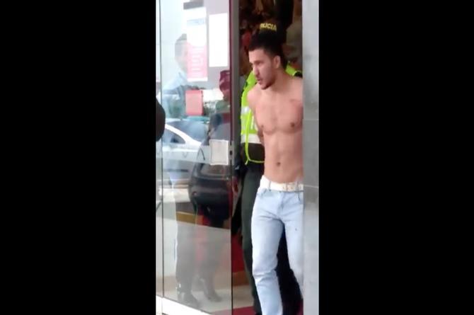 Sexy delincuente intentó robar un banco pero solo se llevó suspiros (+VIDEO)