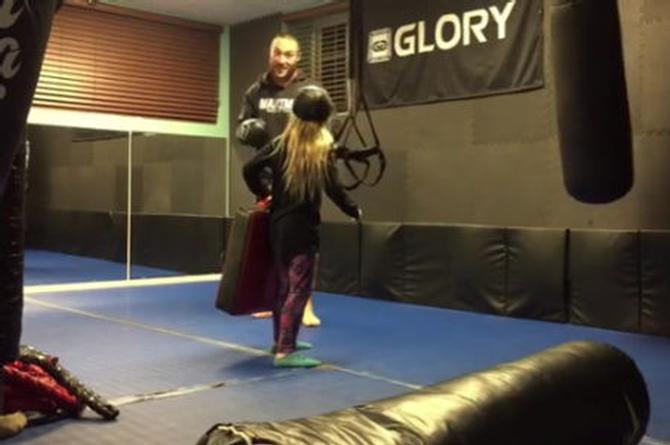 La hija de este kickboxer jamás le volverá a ayudar a su padre en su entrenamiento, ¡voló de un patadón!  (+VIDEO)