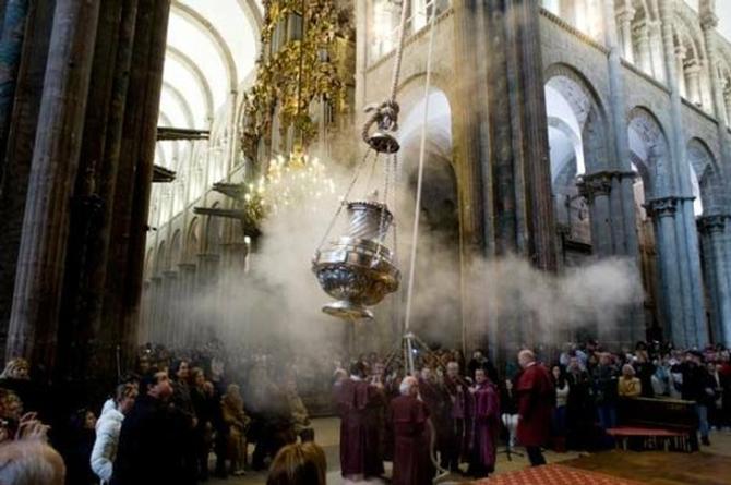 ¡Esos monaguillos son unos loquillos! Pusieron marihuana en vez de incienso en la Catedral