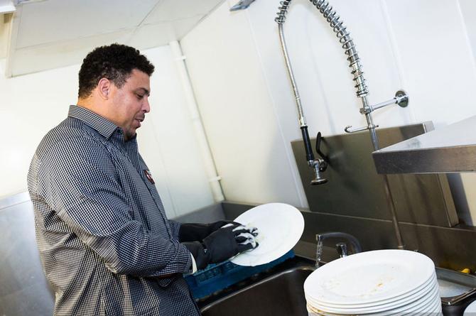 ¡Hazlo! Lavar los trastes te ayudará a vivir más años