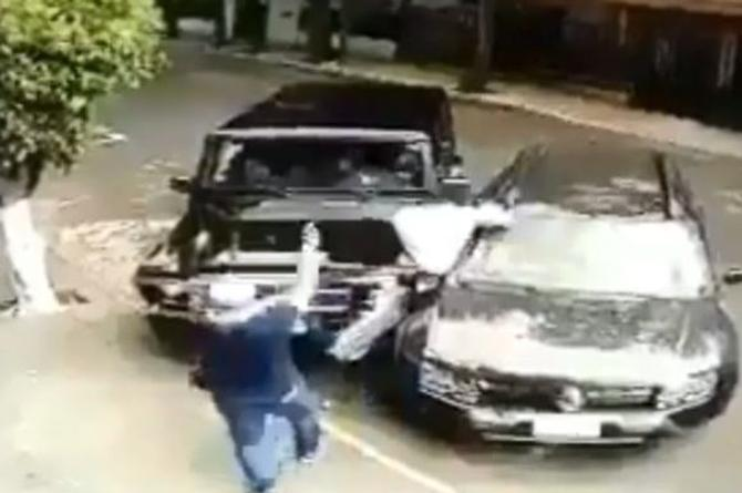 Automovilista impide asalto, atropellando a los ladrones (+VIDEO)