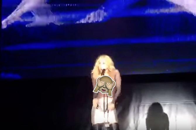 ¡En pleno concierto! Se le cae el vestido a Marta Sánchez y se le salen las... (+VIDEO)
