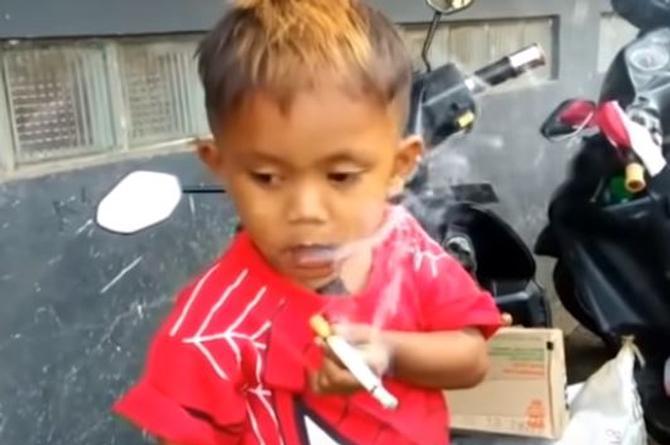 Sorprende niño de 2 años que fuma ¡40 cigarros diarios! (+VIDEO)