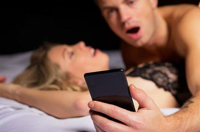 Estudio revela si los mexicanos prefieren el sexo o su celular... ¿Sabes qué escoger?