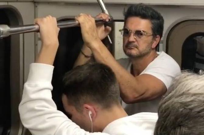 Ricardo Arjona viaja en metro y nadie lo reconoce (+VIDEO)