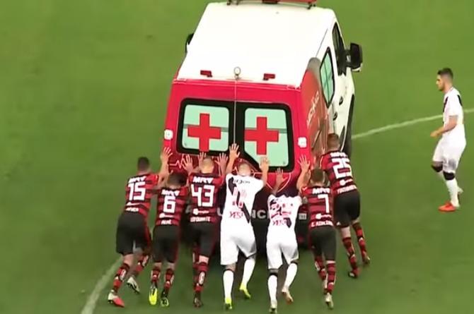 Ambulancia entra por jugador lesionado ¡y se descompone! Tuvieron que empujarla (+VIDEO)