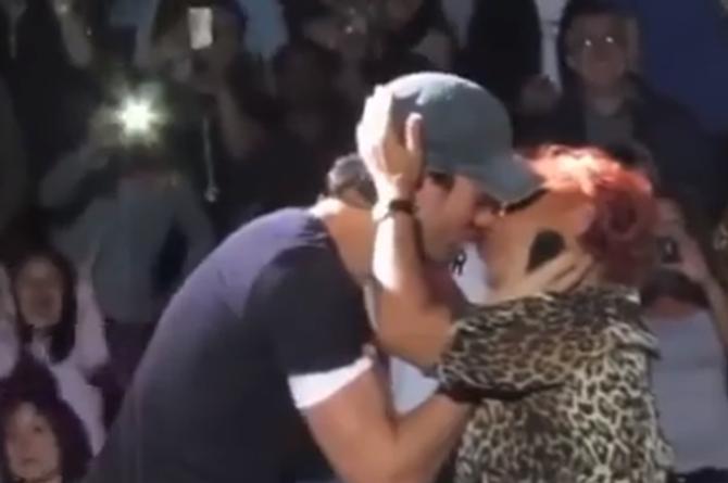 Enrique Iglesias ahora se agasajó a una persona mayor (+VIDEO)