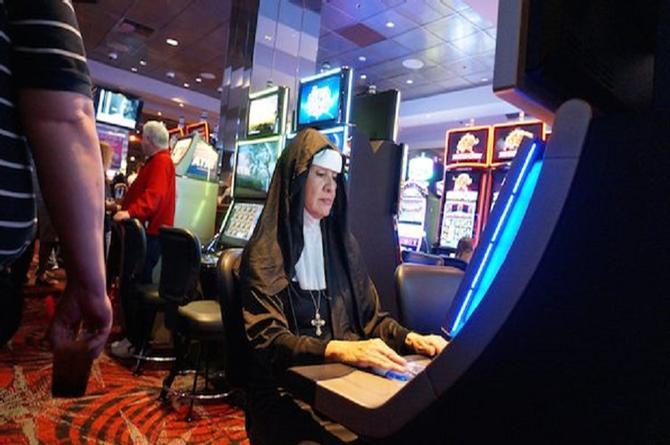 ¡En la madre! Monjas roban medio millón de dólares y se los gastan en Las Vegas