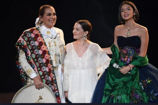 La hija de Pepe Aguilar brilla en los Grammy #VIDEO