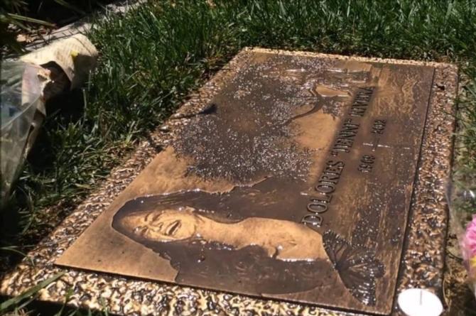 Fanáticos dejan vacía la tumba de Jenni Rivera #VIDEO