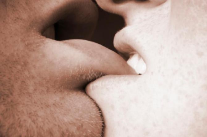Se despiden por última vez y su novia le arranca la lengua