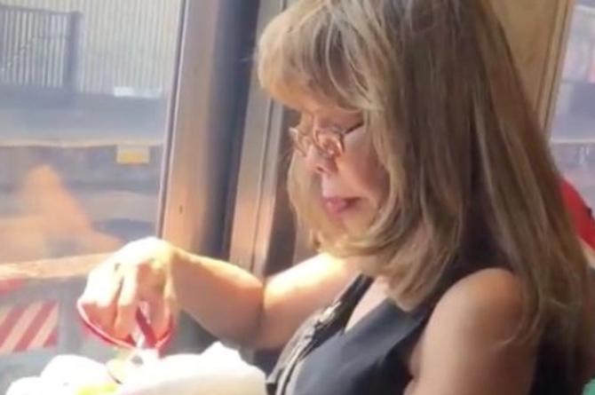 Mujer asiática come tacos en tren con... ¡Tijeras! #VIDEOS