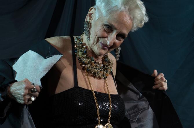 Abuelita de 83 años presume echar pasión con jovenzuelos gracias a internet #VIDEO