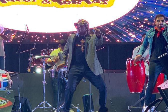 Merenglass festeja 25 años de cantarle 'a la mujer del pelotero'