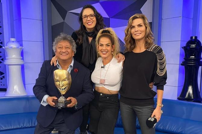 Niurka le da tremendo beso a Yolanda Andrade en programa en vivo #VIDEO