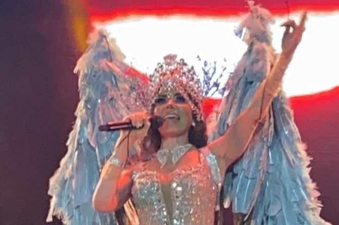 Desde niños hasta adultos ovacionan a Gloria Trevi en el Carnaval de Veracruz