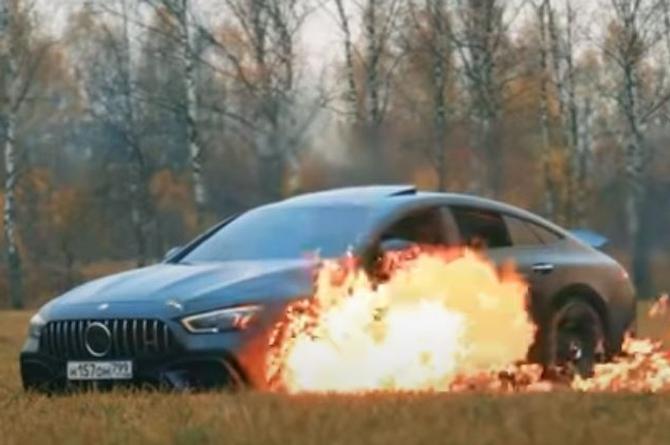 Enojado... Quema su lujoso auto porque no le gustó el servicio técnico (+video)