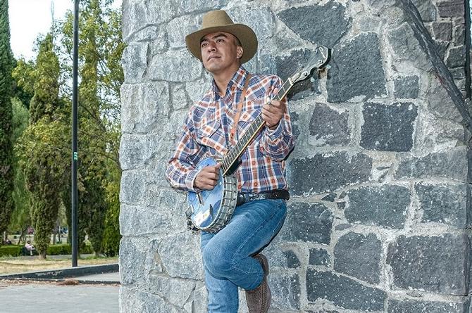Abby 'El de la guitarra redonda' se aventuira en el Regional Mexicano