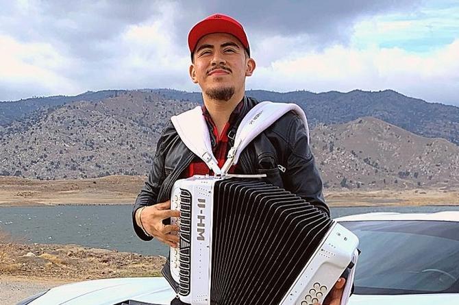 Fernando Ayala, talento que va del campo al canto