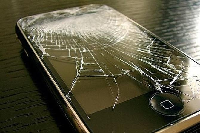 Se defiende de su novio, le avienta el celular y lo mata
